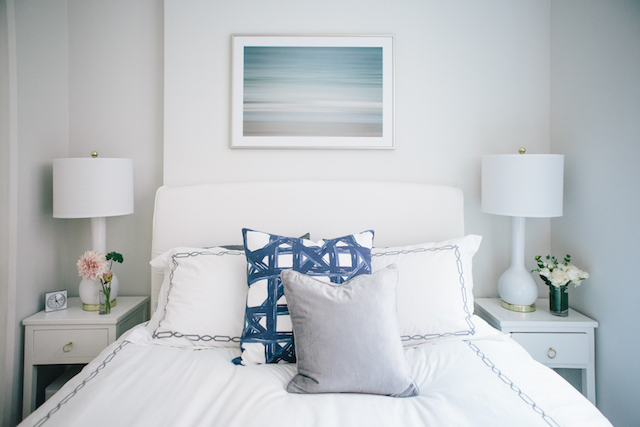 Decorate a bedroom in a small space